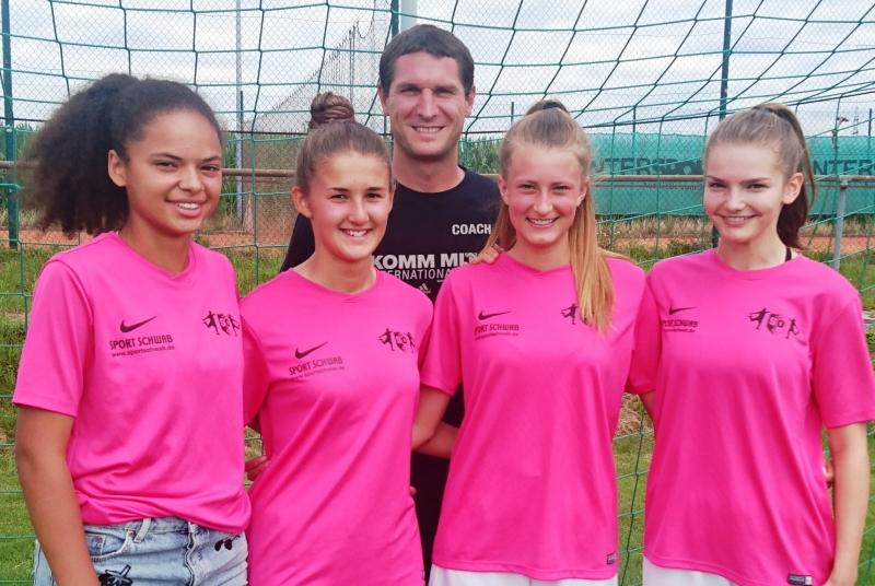 """Das Trainerteam Lola, Jana, Jule und Johanna freut sich mit Juniorinnen-Koordinator Manuel auf die neuen """"Mini-Mädels"""""""