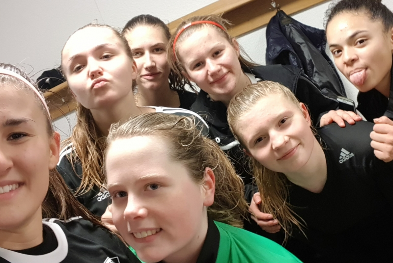 Nach dem spannenden Spiel herrschte in der Kabine natürlich beste Laune bei den Mädels!