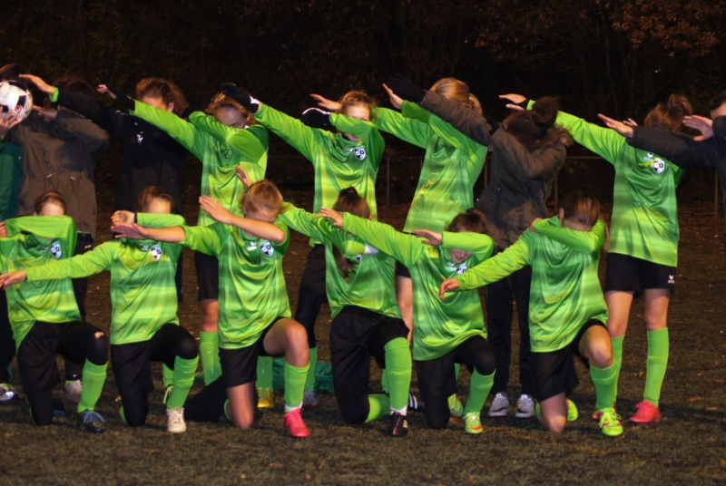 Dank einer tollen Mannschaftsleistung übernehmen die Mädels die Tabellenführung: Da darf der Dab-Move natürlich nicht fehlen!