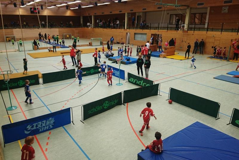 Klettern, Schwingen, Springen, durch die Halle rutschen, auf der Weichbodenmatte chillen - und natürlich Kicken: Kinderfußball bei der SGOS