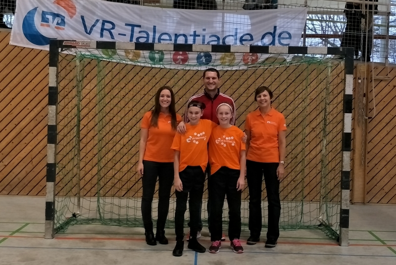 Die beien besten Spielerinnen Leni&Svea mit Vertretern von Voba und BJA